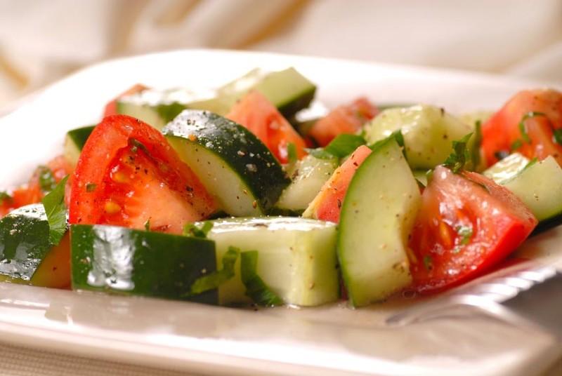 39. Не ешьте вместе томаты и огурцы Популярное сочетание является не таким уж и полезным. Дело в том