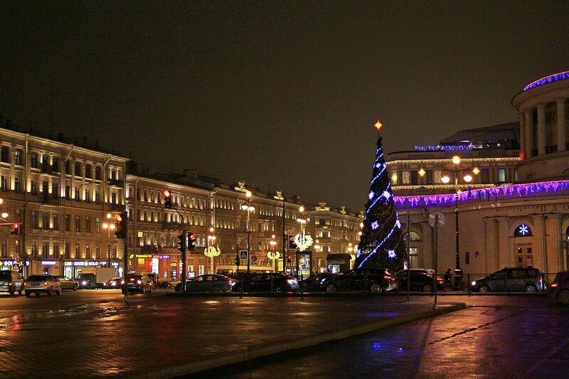 Новогодняя ёлка на Невском проспекте у станции метро «Площадь Восстания»