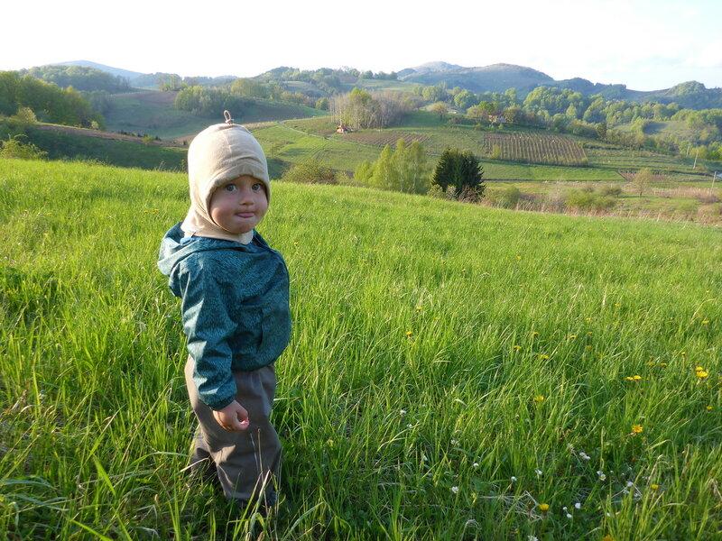 ребенок на лугу в горах