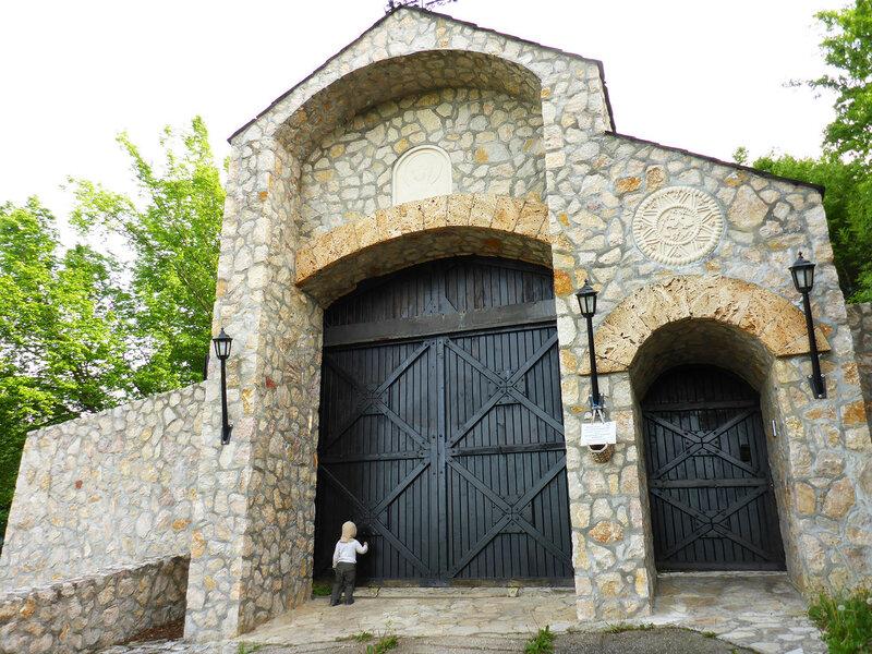 закрыты ворота монастыря успенье в овчар-кабларском ущелье