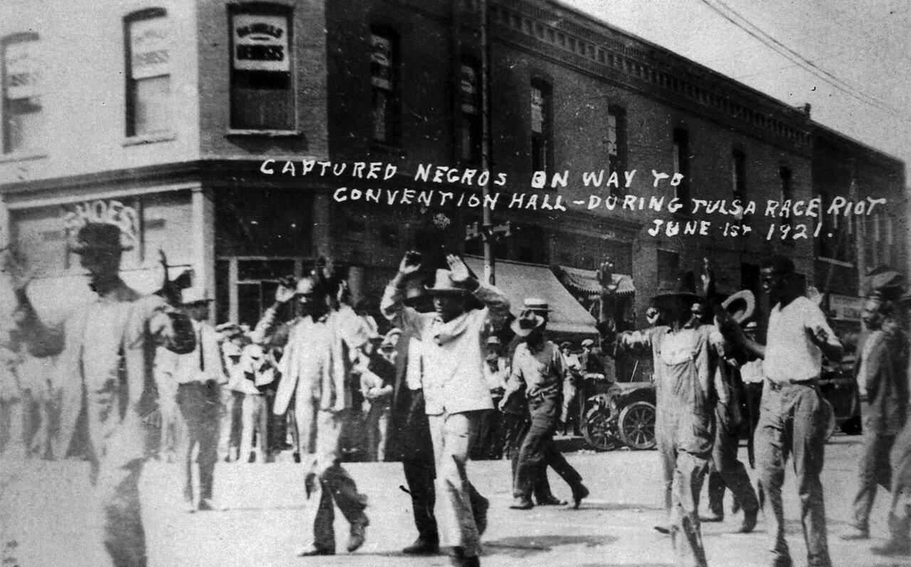 1921. 1 июня. Захваченные негры на пути к Конференц-залу во время расового бунта в Талсе, Оклахома