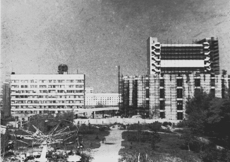 Вид на строящийся драмтеатр и площадь Революции.