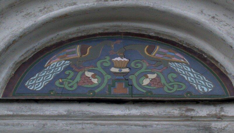 Панно над входом в особняк Локалова