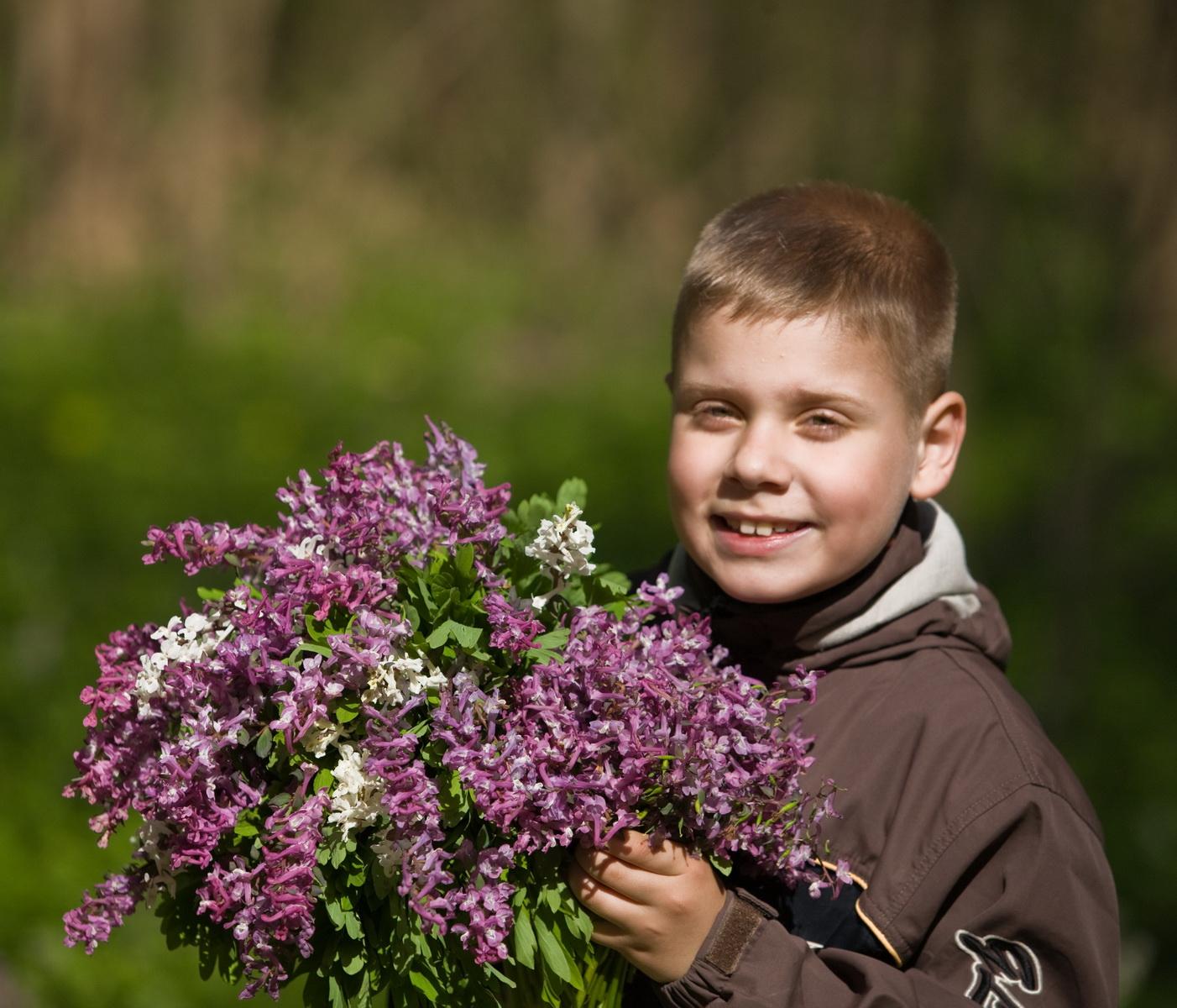 Мальчик с цветами картинки