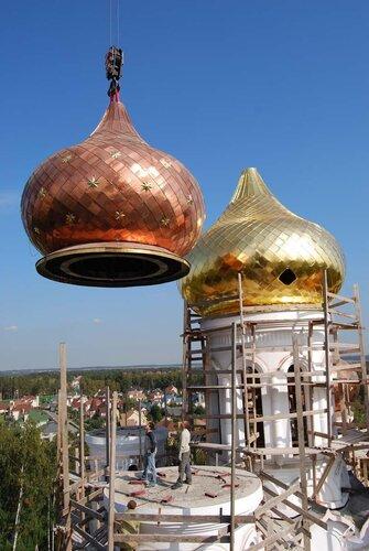 Установка куполов на строящийся храм Александра Невского