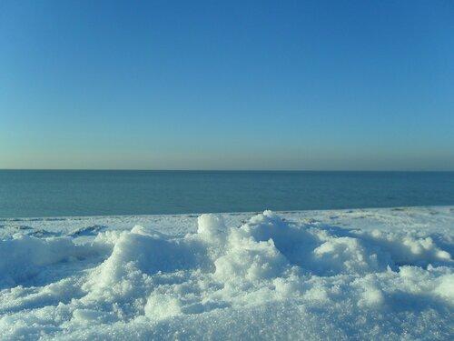 Море и снег...