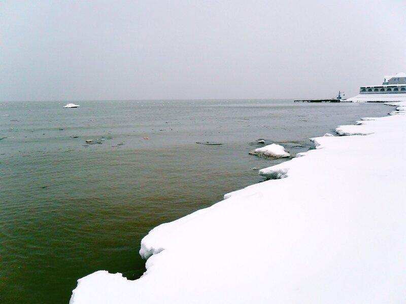 Снег на берегу