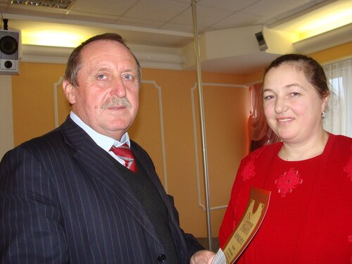 С.В.Кавский вручает Почетную грамоту А.В.Огурцовой