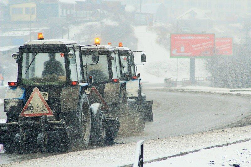 Порядка 140 единиц спецтехники в настоящее время вышло на дороги Владивостока.  Дороги обрабатываются реагентами и...
