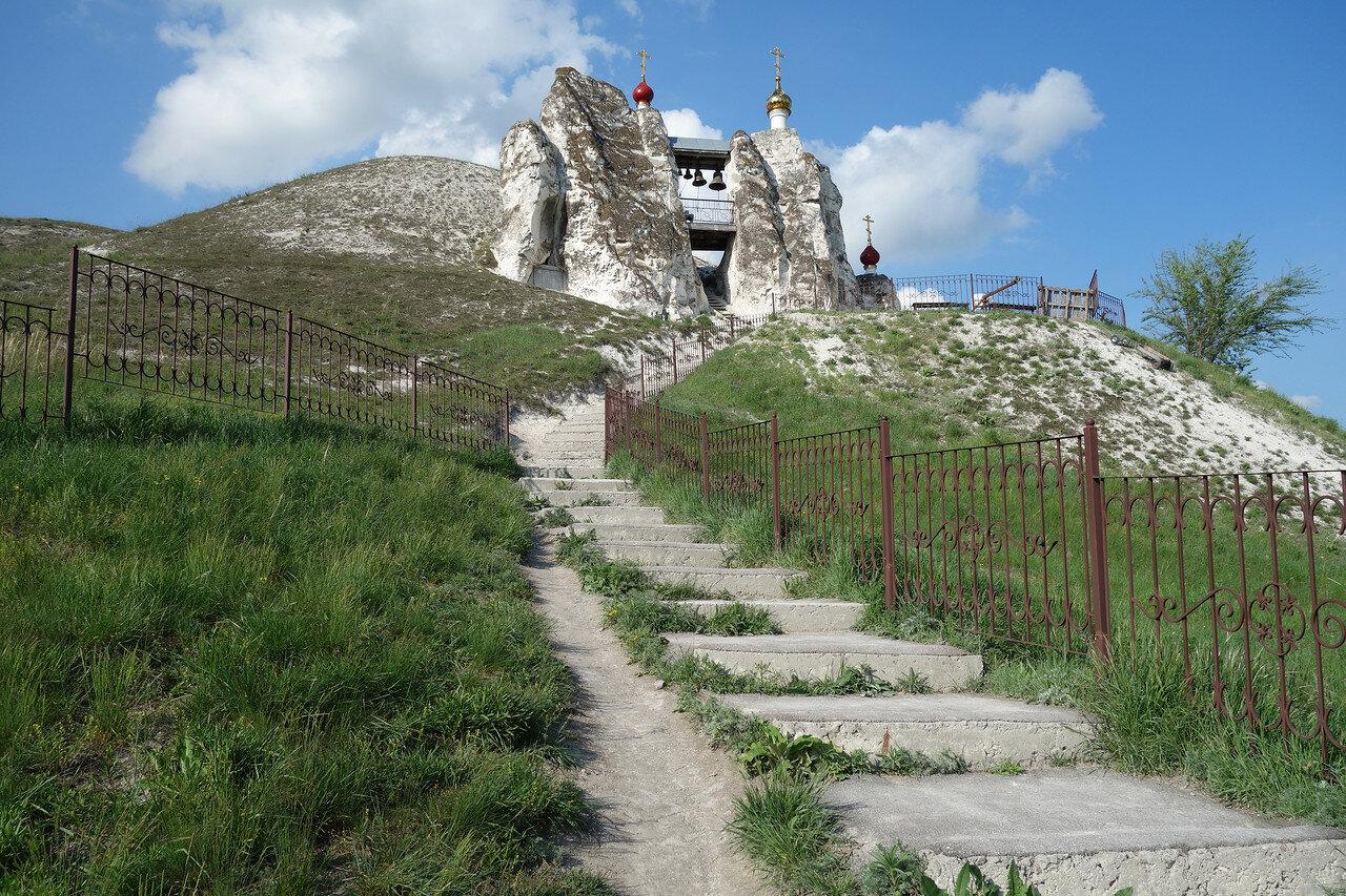 на территории монастыря. Главный храм