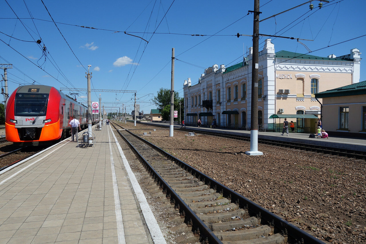 'Ласточка' и здание вокзала станции Мценск