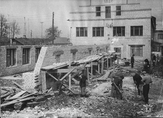Строительство нового здания фабрики к 20ти летию Победы.Сейчас здесь бизнес-центр