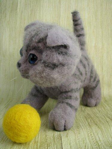 Кот с шариком