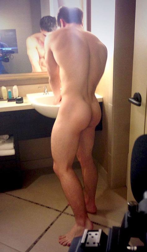 голый парень в зеркале