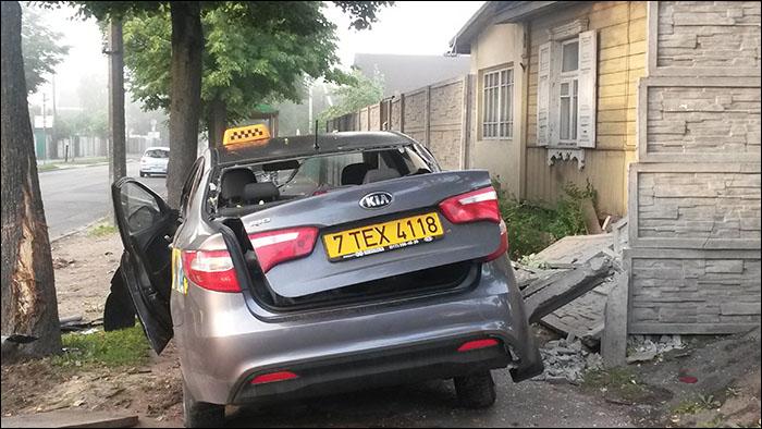 Ночью в Минске пьяный водитель на угнанной KIA протаранил забор жилого дома