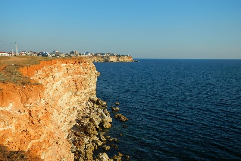 Обрывистый берег Гераклейского полуострова с противоположной стороны от Казачьей бухты (Севастополь, Крым)