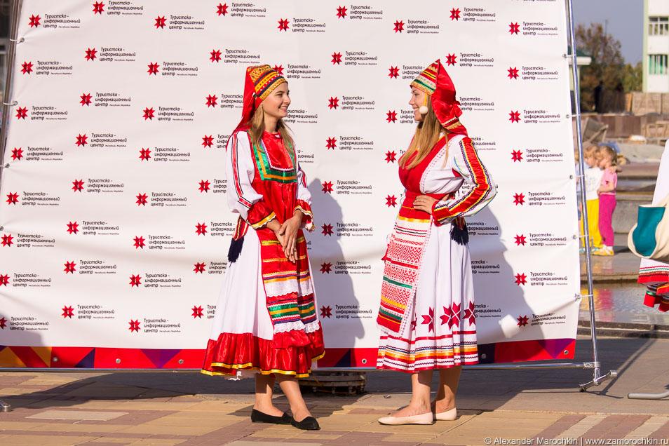 Девушки в национальных мордовских костюмах