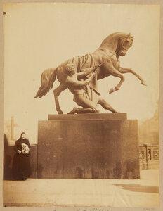 Один из скульптур с укротителями лошадей на Аничковом мосту