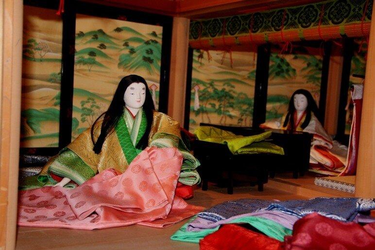 То самое светло-розовое платье для монахини Уцусэми.