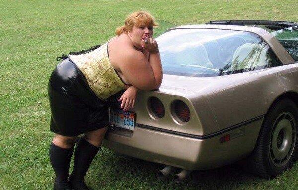 фото толстых женщин возле авто
