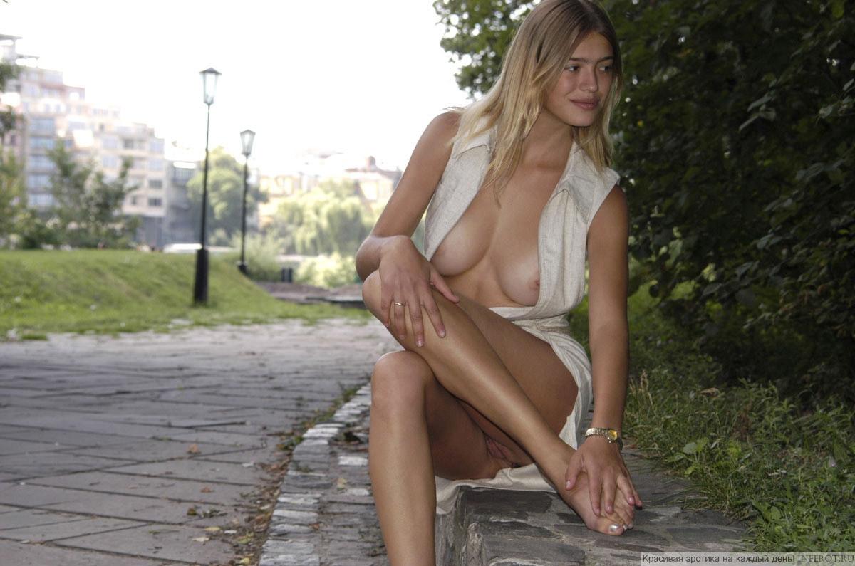 Русские голые девушки на улице 12 фотография
