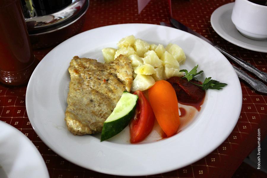 Свинина жареная, овощи свежие, картофель запеченный