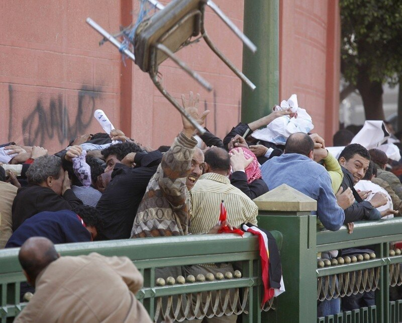 Pro and anti-Mubarak supporters clash at Tahrir Square in Cairo
