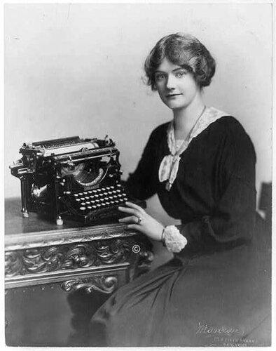 девушка на фотографии с печатной машинкой Underwood