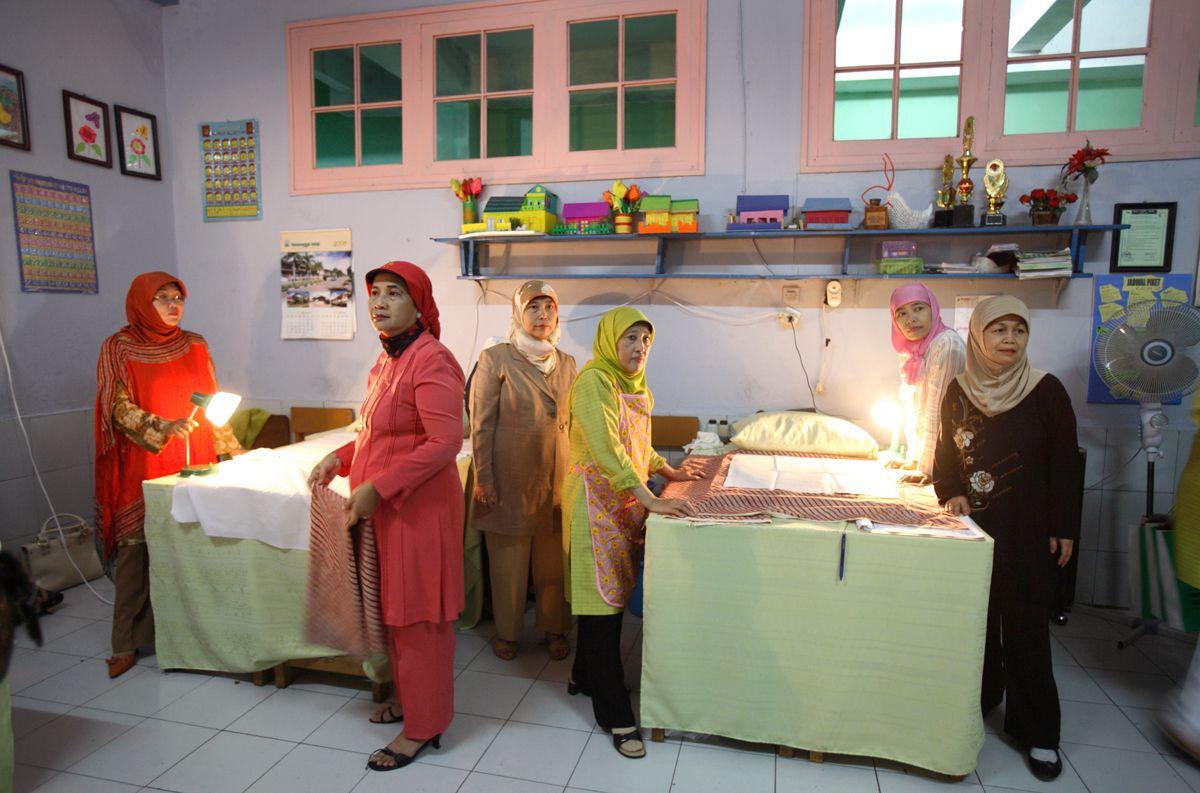 Процедура женского обрезания (FGM) проходит обычно в виде группового