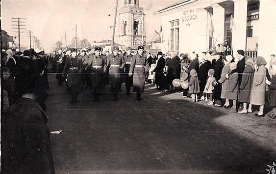 Парад на Советской в конце 60х. На месте теперешнего «Пассажа» был ресторан «Колос», в нем было 2 зала, буфет и домовая кухня, многие брали обеды на дом. А еще там делали бисквиты, коврижку и хворост