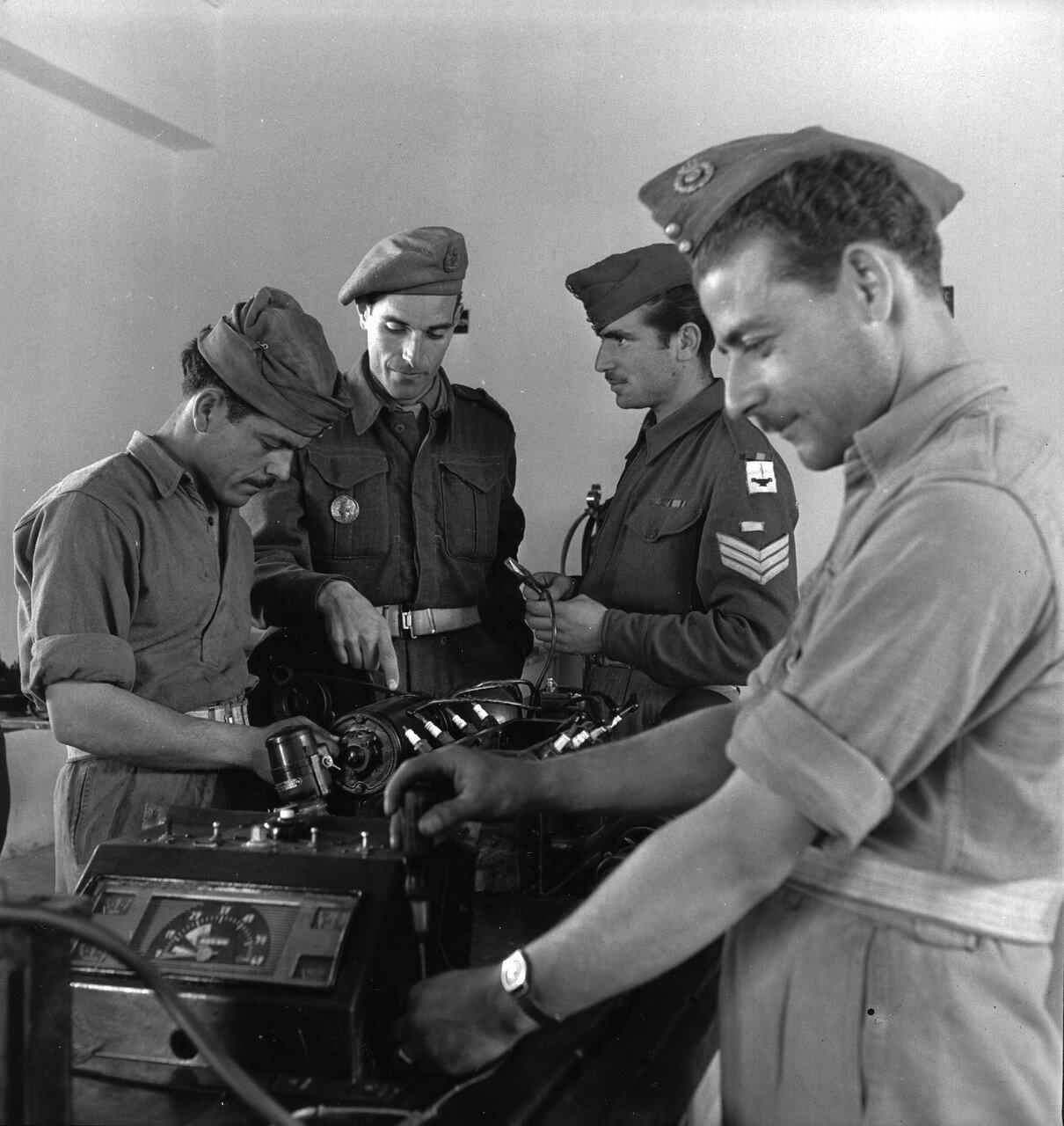 1947. Новобранцы проходят техническую подготовку под присмотром британских учителей
