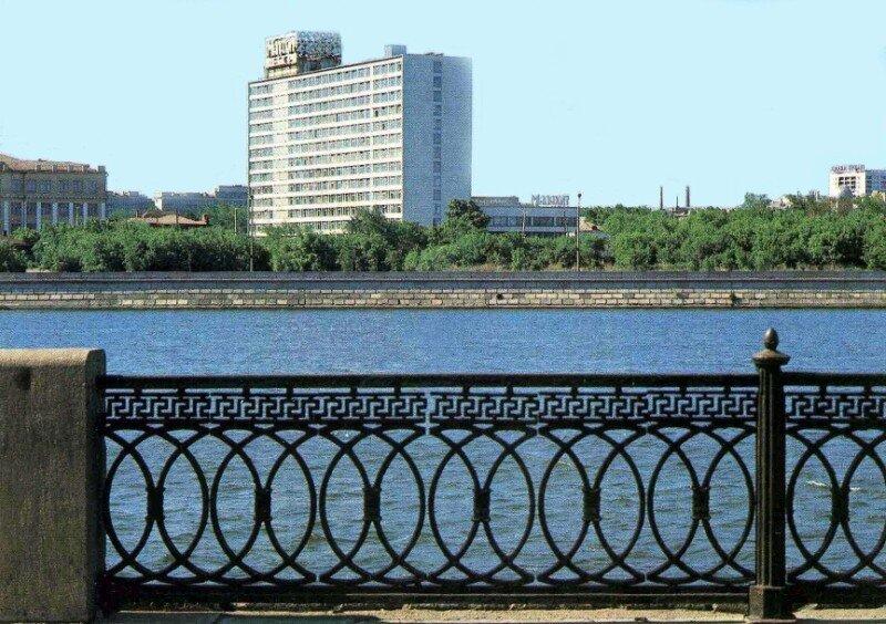 Челябинск. Гостиница Малахит. Фото В. Иванова, 1984 год.