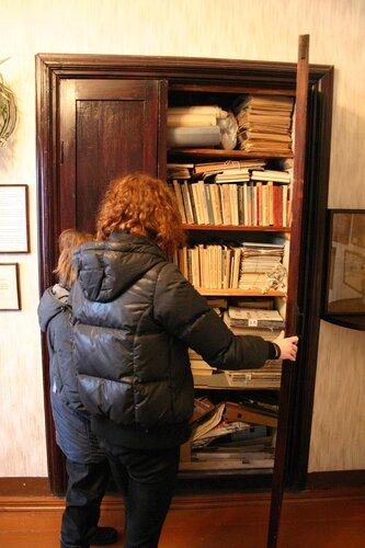 Старый шкаф в стене