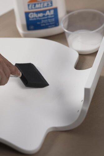 """Влажная бумага лучше  """"ляжет """" на поверхность стула."""