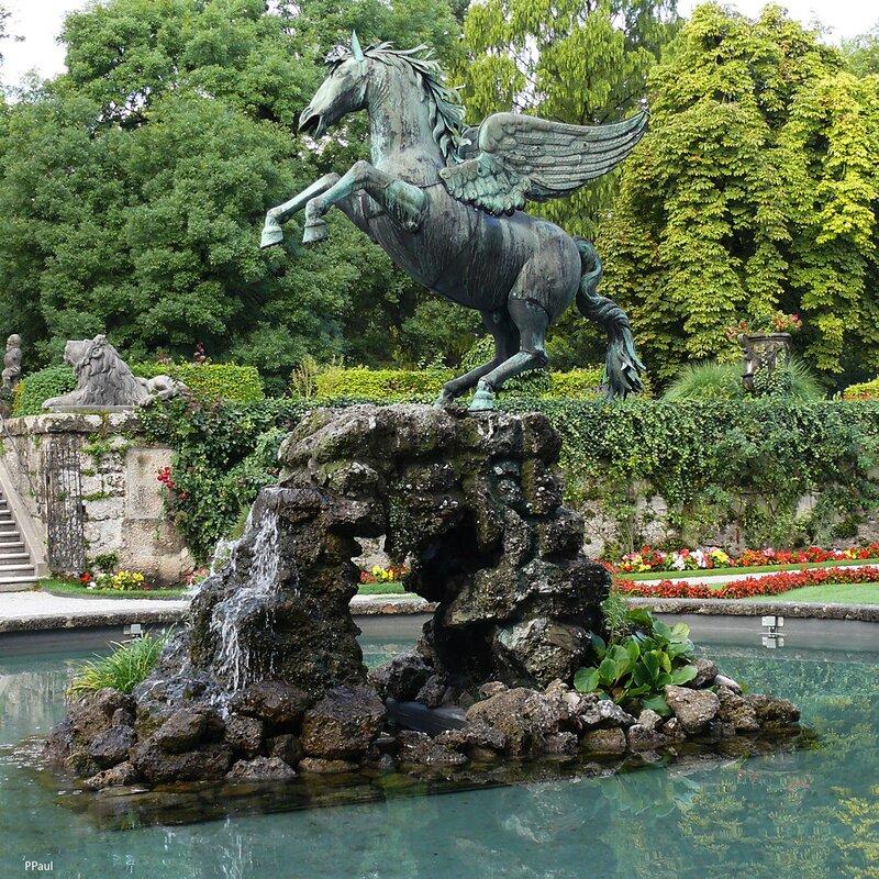 Еще один фонтан, посвященный крылатому богу вдохновения, Пегасу, сооружен у львиных ворот. Скульптуру изваял когда-то Каспар Грасс, и это одна из немногих конных статуй в мире, где фигура вздыбленного коня стоит лишь на двух ногах.