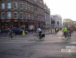 лондонские клерки спешат утром на работу