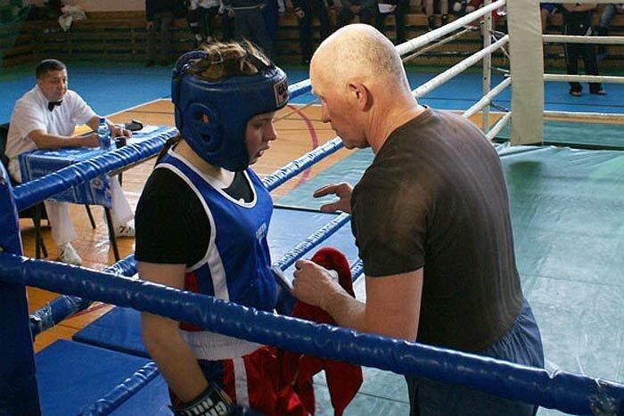 Тренер подбадривает спортсменшу