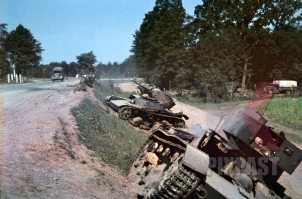 stock-photo-destroyed-russian-t26-panzer-tank-column-ukraine-1941-94-infantry-division-swords-meissen-signal-corp-trucks-11929.jpg