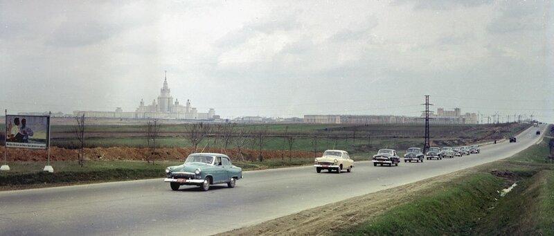 1955 первые прототипы «Волги» во время испытаний. За ними для сравнительных тестов едут две «Победы», а также «американцы» Ford Mainline, Chevrolet Power Glide, Standard Vanguard.jpg