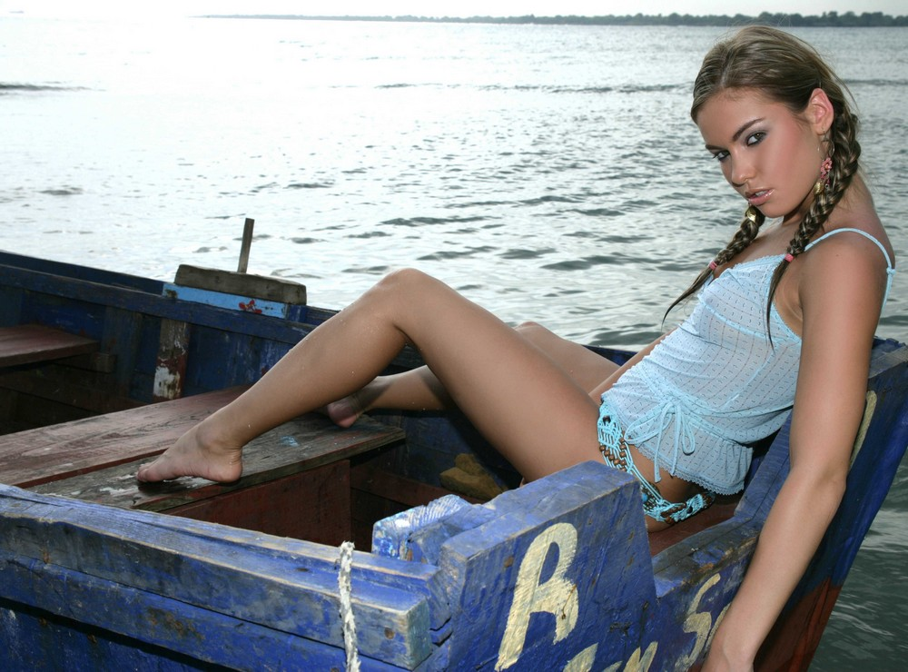 Стройная Verunka в лодке