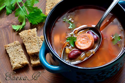 Томатный суп с фасолью и колбасками