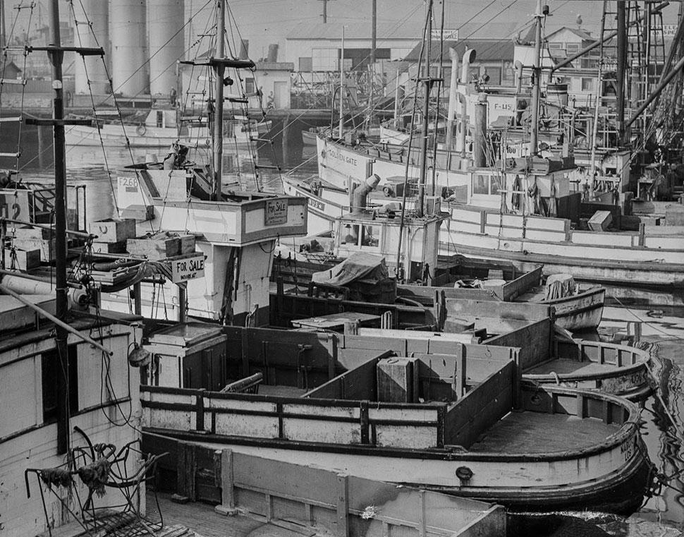 Рыбацкие лодки, принадлежавшие американцам японского происхождения, стоят пустыми в порту Лос-Анджел