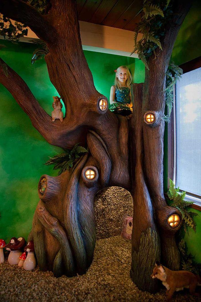 12. Девочка просто счастлива! Дерево настолько крепкое, что может выдержать трех взрослых!