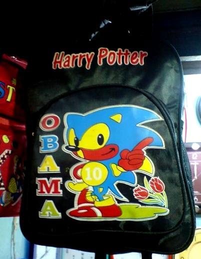 Судя по тому, что написано на этом рюкзаке, Гарри Поттер — это Обама с голубыми волосами.