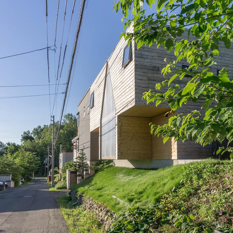 Семейный дом с вырезом в форме дома в Японии
