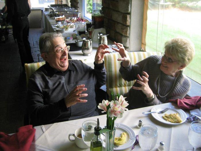 «Это бабушка и дедушка моей жены в годовщину свадьбы. Я попросил их: