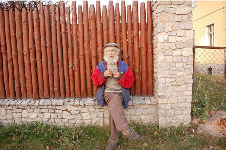 Пожилой человек на снимке Каи выглядит более естественно.
