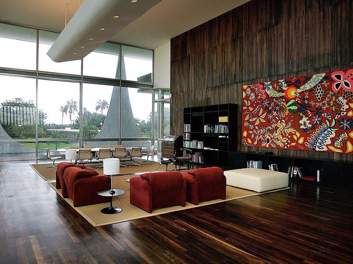 В доме, отличающемся минималистичным дизайном, есть апартаменты президента и его семьи, два гостевых