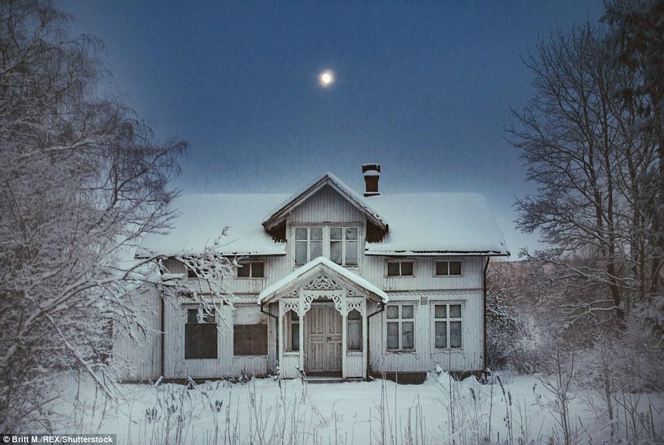 Тишина и снег. На тропинке ко входной двери нет следов. Дом находится в шведской провинции Вермланд.