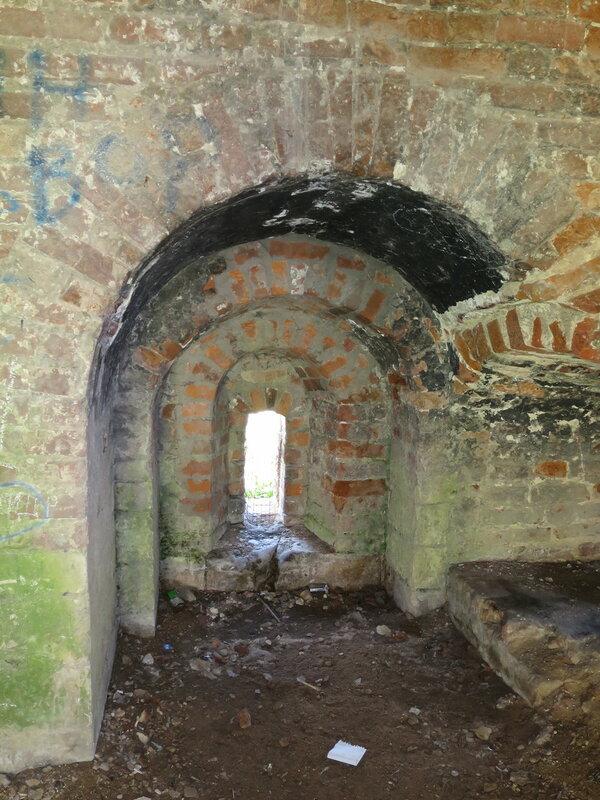 Бойница подошвенного боя в башне Зимбулка